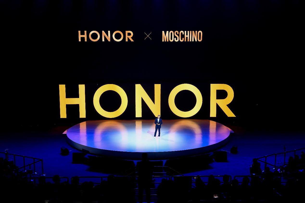 荣耀V20与MOSCHINO跨界合作 为用户打造全球顶级时尚体验