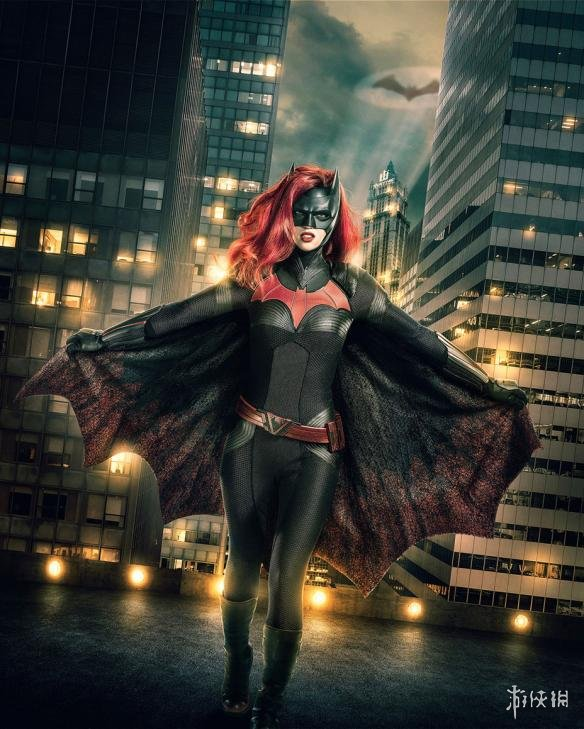 """""""绿箭宇宙""""蝙蝠女侠定妆照曝光,红色蝙蝠标、红发分外惹眼!"""