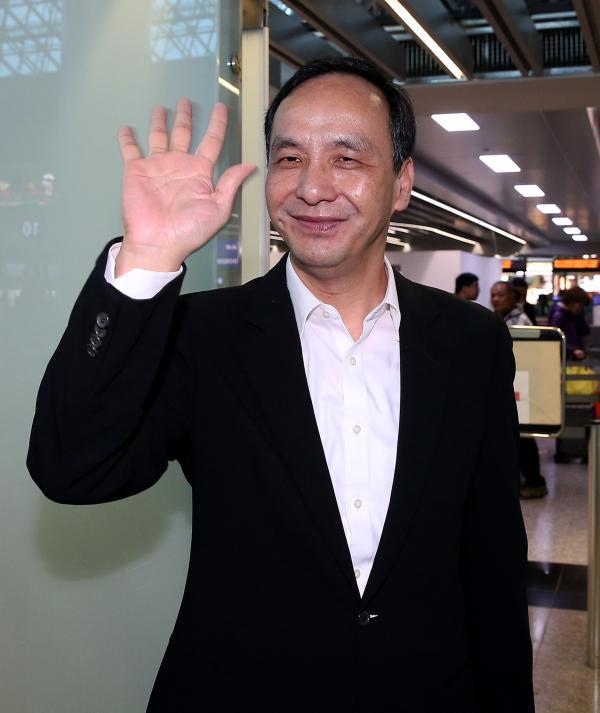 2018年3月21日,中国台湾,新北市长朱立伦率领市府主管,21日傍晚搭乘立荣航空公司班机前往大陆南京,展开6天长江三角洲各地的访问行程。 东方IC 图