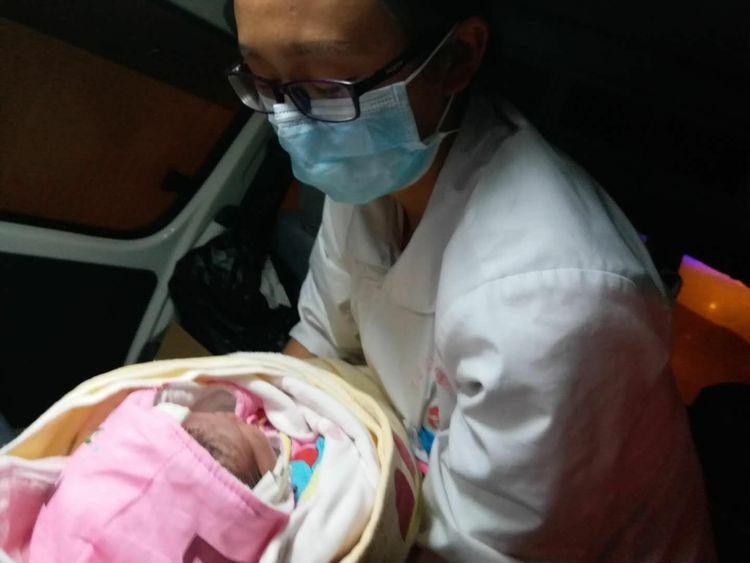 地震宝宝在救护车上平安降生。