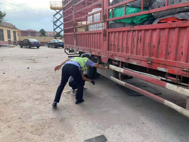 胶州交警大队进入辖区企业消除交通隐患确保道路交通安全