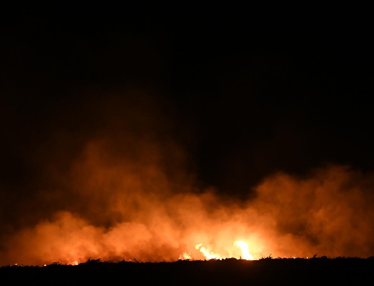 近正在数里以外,就可以看到冲天的水光战水光映照下的烟雾。新京报记者 王颖 摄