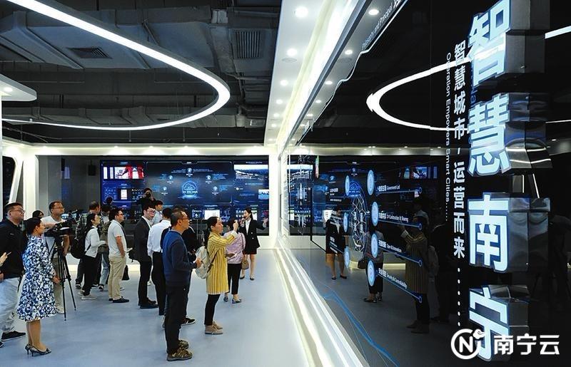 媒体记者参观采访中国—东盟新型智慧城市协同创新中心。记者宋延康 摄