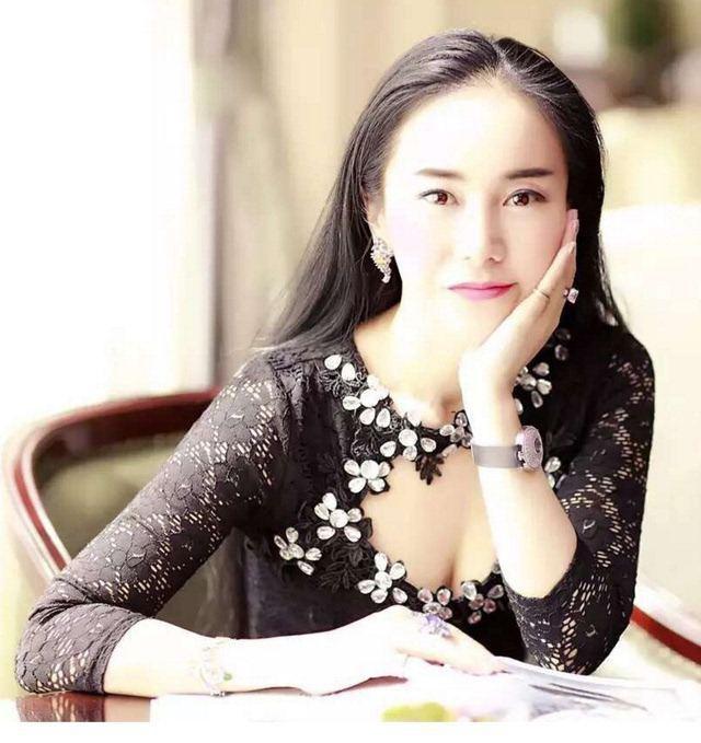 """她是中国首富之女,颜值赛过林志玲,房产无数被称为""""最美房姐"""""""