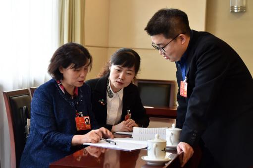 冯艳丽(左一)和其他人大代表讨论建议。本人供图