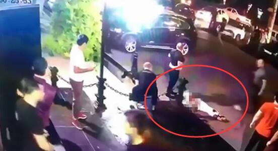一身白衣的卡扎耶夫倒在血泊之中 图自视频截图