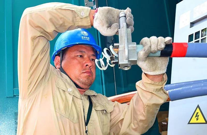▲7月29日,当地地表气温达到40摄氏度。江苏淮安洪泽区供电公司配电班员工宇阳在20千伏华晨线2号环网柜安装新建进线电缆头终端。