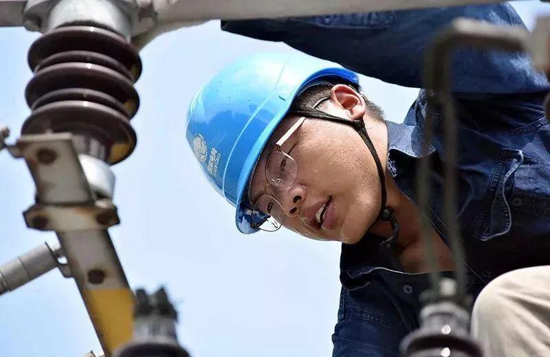 ▲7月24日,浙江宁波余姚市供电公司员工杨攀到110千伏云山变电站开展电容器消缺工作。