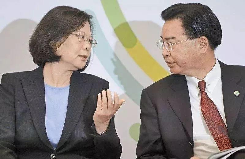 蔡英文(左)取吴钊燮