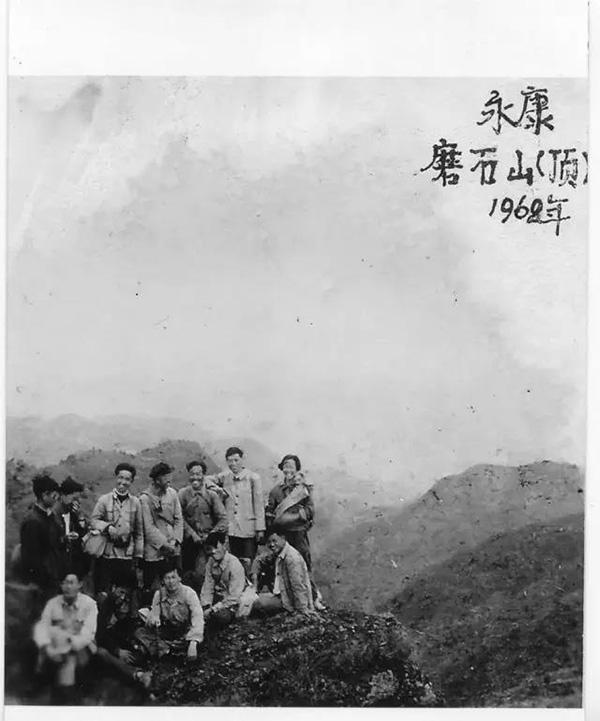 在缙云附近的磨石山上工作,晚上睡在祠堂的戏台上(摄于1968年,后排右一为张弥曼)