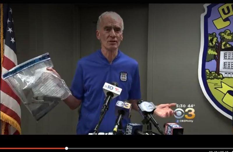 美警方展示所查获枪支及子弹(图片来源:CBS)