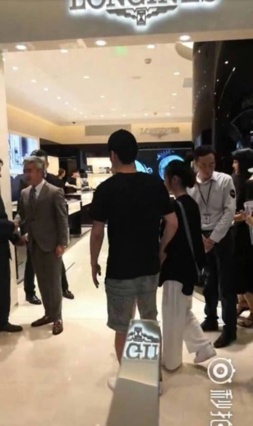 赵丽颖冯绍峰又一次被偶遇!这两人到底为啥老藏着掖着?