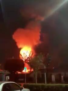 加利福尼亚州亨廷顿海滩的一家德国餐馆, 发生爆炸和火灾。
