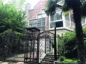 别墅大门紧闭,上面挂着不少绿藤,台阶上长满青苔,看得出来很久没人打理。 本文图片 现代快报
