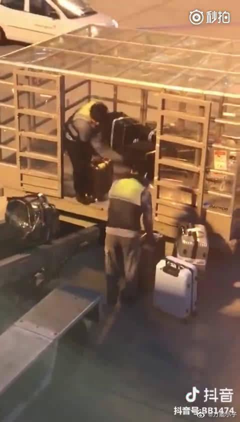我们托运的行李箱就是这么被摔坏的[怒] 请不要说什么多理解多