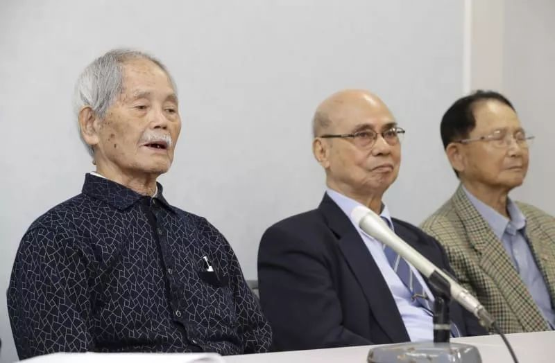 3位被告人,图左一为杨馥成。图源:日本配合社