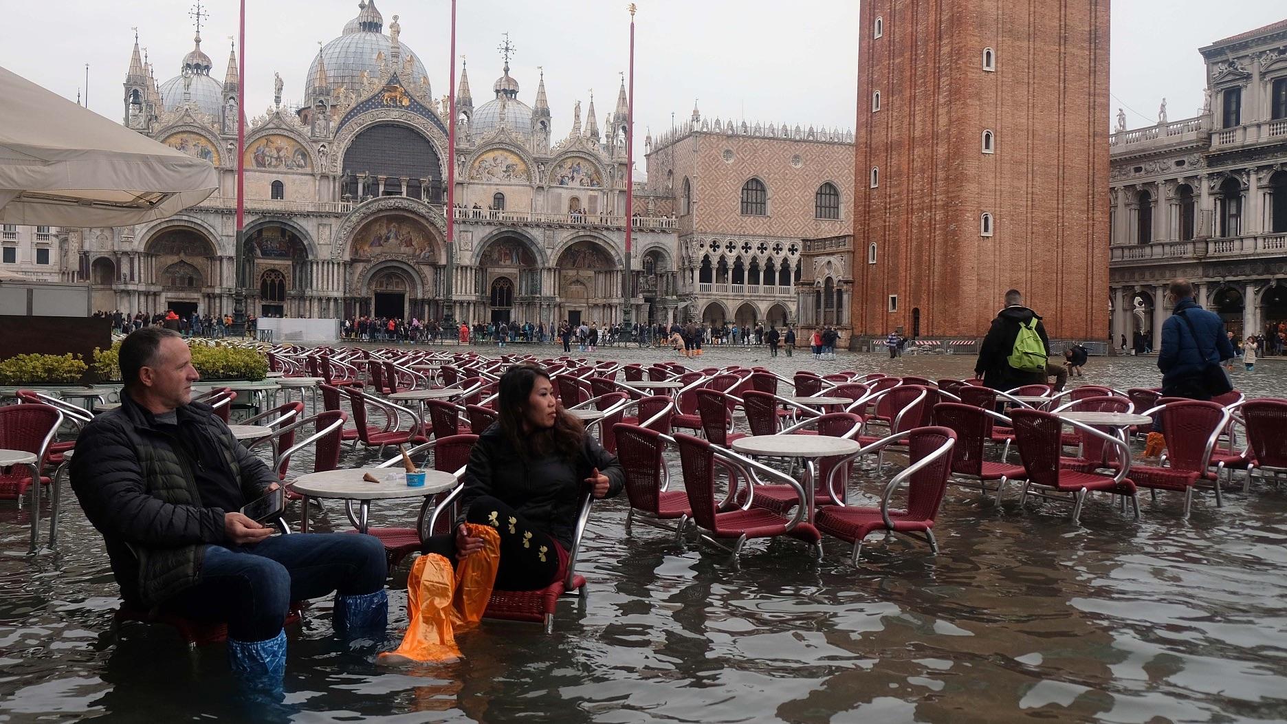 當地時間2018年11月1日,意大利威尼斯,當地遭洪水侵襲,民?出行不便。視覺中國圖