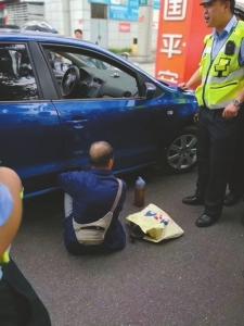 交警赶到事发地处理事故。