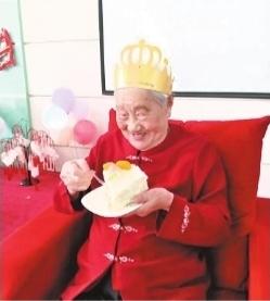 百岁老人化上淡妆过生日