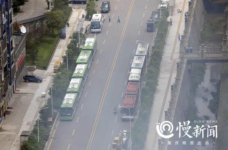 十辆公交车停靠火场附近,成了消防队员的临时休息地