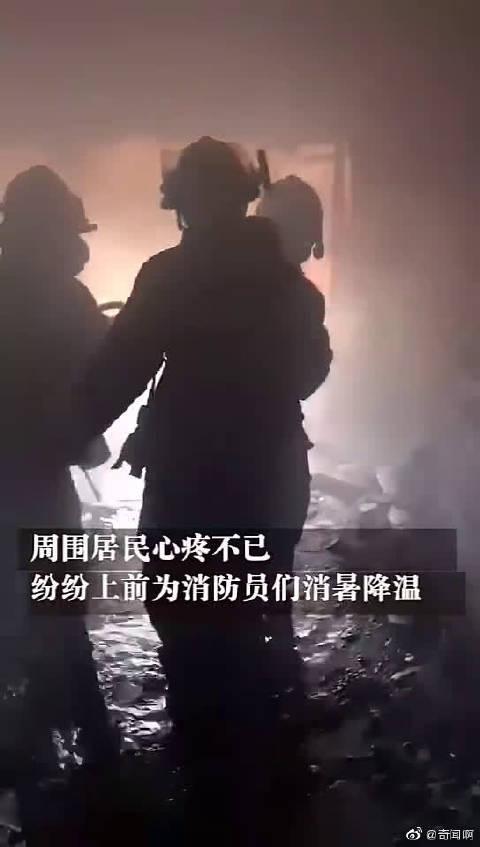 这一幕暖哭了!刚走出爆热火场的消防员累瘫路边