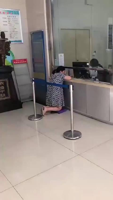 济源医院窗口低孕妇跪地就诊, 医院:拍摄者动机不纯已报警