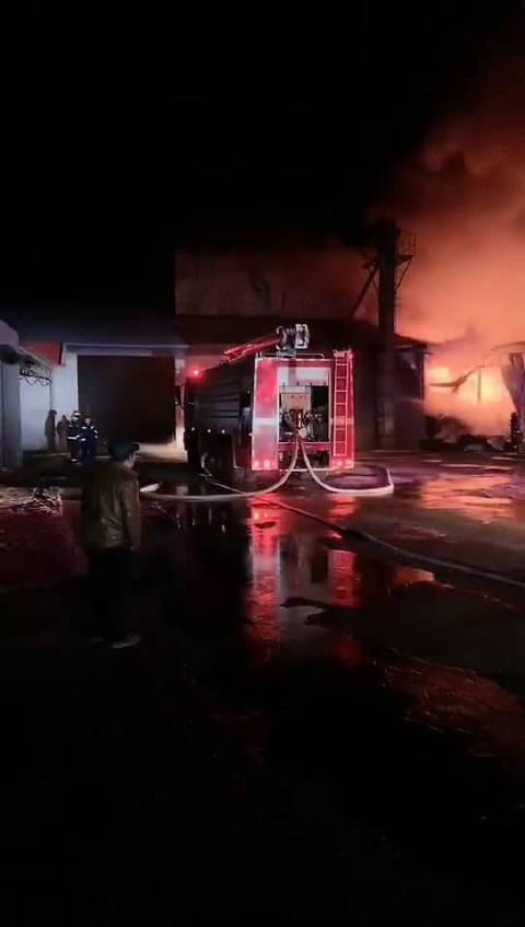 1月19日晚10点左右,辽宁鞍山市牛庄镇饲料厂发生火灾事故