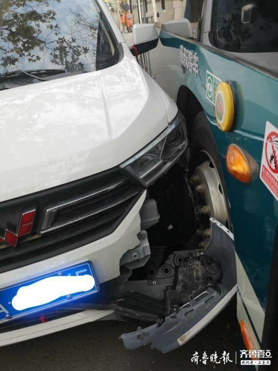 岔路口突然冲出车辆 济南一公交车和一轿车相撞