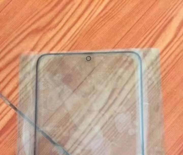 三星S11保护膜曝光:额头边框更窄,打孔前摄居中