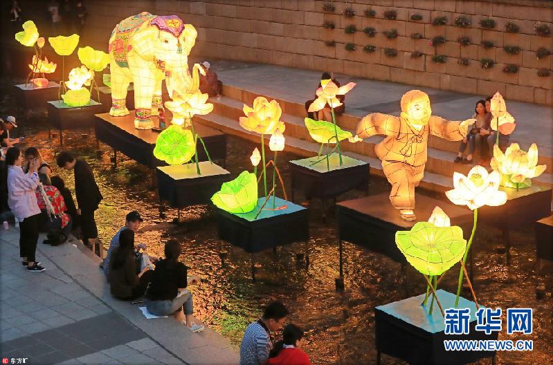 佛诞日将至 百盏花灯点亮韩国清溪川