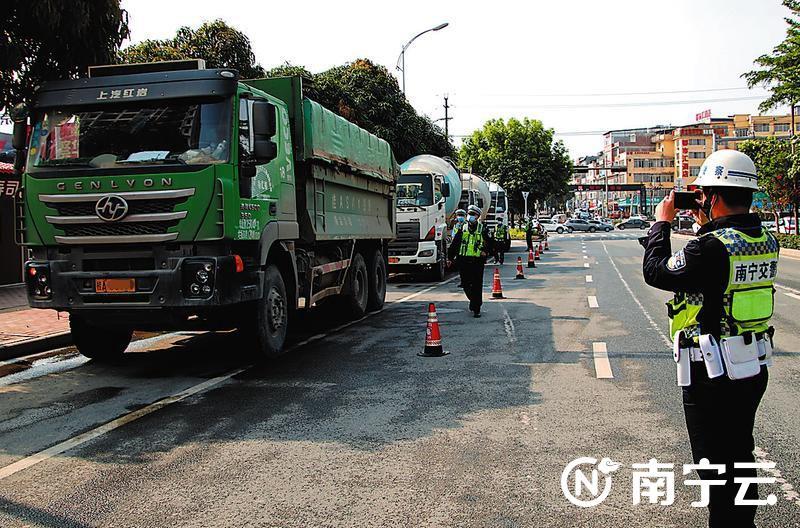 南宁整治大型车辆交通违法行为 有人无证闯禁区被逮
