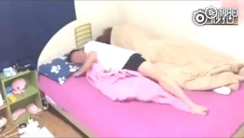 父亲假扮成女人躺在儿子身边,真会玩