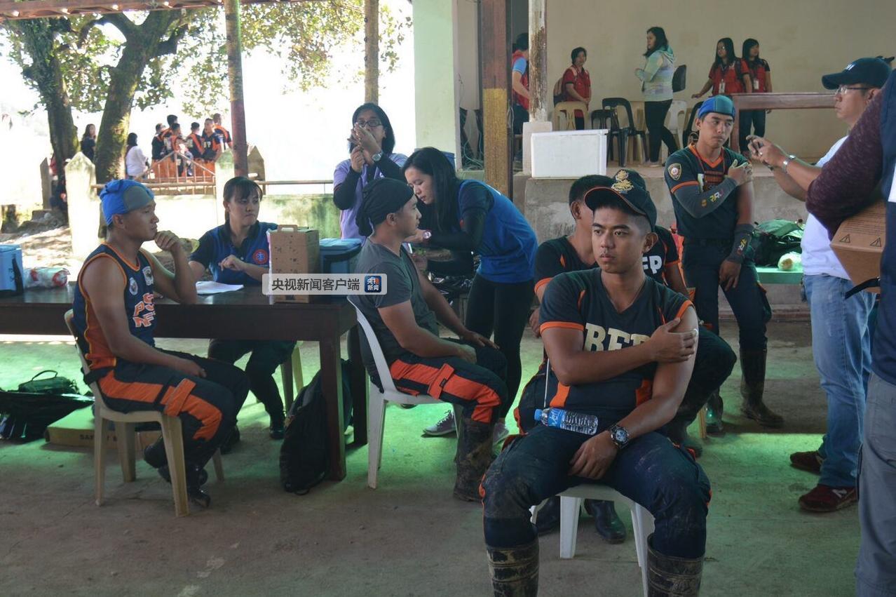 图为菲律宾本格特省伊托贡市注册新宝3搜救队员准备进入矿坑搜寻。图片来自菲律宾当地媒体