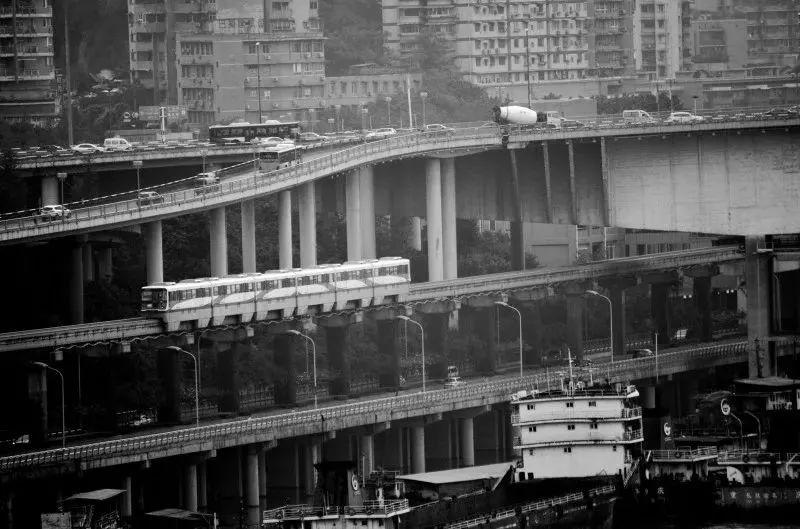这些车厢载着重庆人的生活和理想飞驰向前  鹅岭公园观景 这是鹅岭二厂附近的鹅岭公园 许多年轻人已经不愿来这个老园子玩了 但是在这个曾经的渝中半岛最高点 依旧可以俯瞰重庆城的全貌 我去的时候是下雨天 烟雨浸润着人迹罕至的老院子 山下车数马龙的城市 一切仿佛都在向我讲述这个城市的故事
