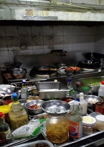 """食药监局查处的""""黑外卖""""后厨。图片来自北京市食药监局"""