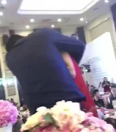 """之前,发生在盐城某婚礼现场的""""公公吻新娘""""事件引发广泛关注,公众纷纷谴责此类婚庆陋习。"""