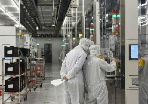中芯国际集成电路制造(北京)有限公司的工作人员在车间内忙碌。(新华社)