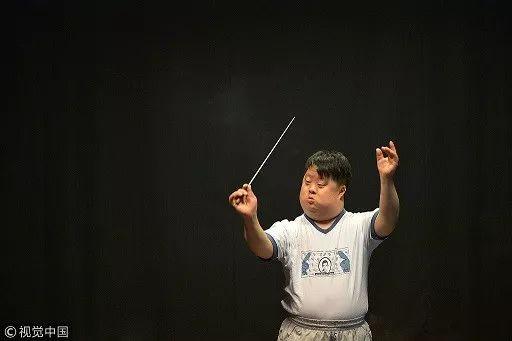 ▲2014年,舟舟在排练厅练习。图片来自视觉中国