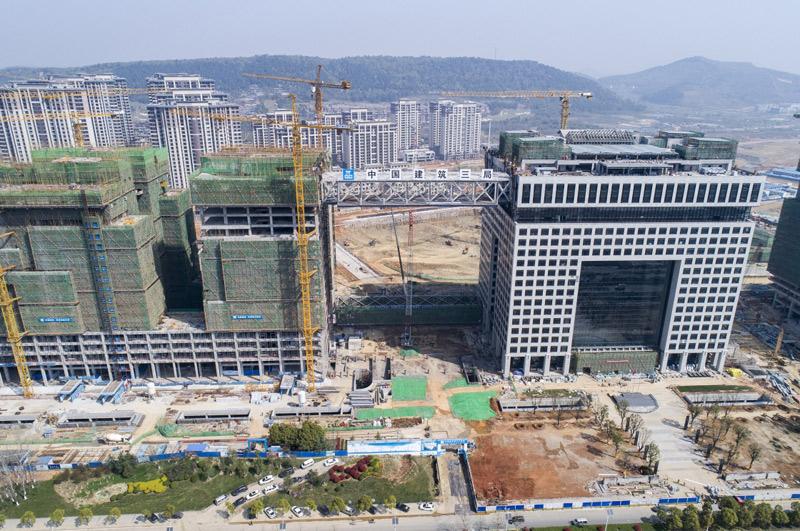 我国高层建筑大跨度钢结构连廊在汉成功提升至73.6米