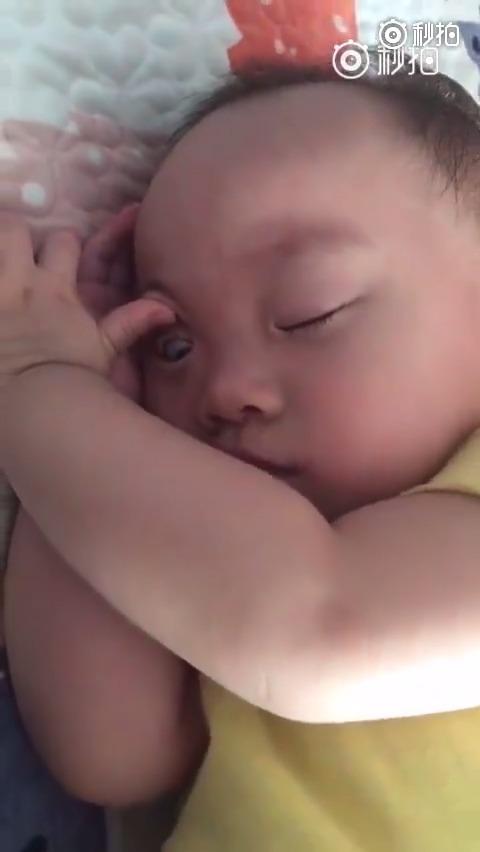 小宝宝高难度睡姿合集,一定要看到最后。。。