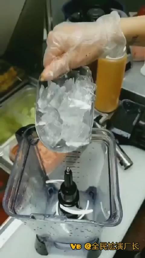 外国的冷饮怎么花里胡哨的,冷饮蘸辣椒面。。。讲究人啊!