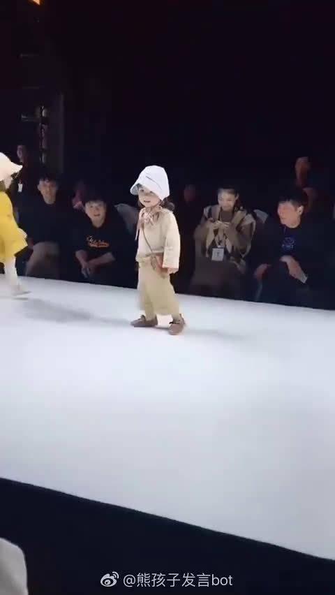 童模小女孩走秀现场表演太可爱了,感觉小女孩完全懵懵了