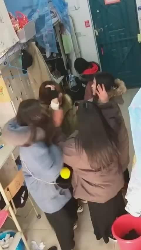 当在宿舍里有一个人喷香水之后。。。女人的快乐就是这么简单