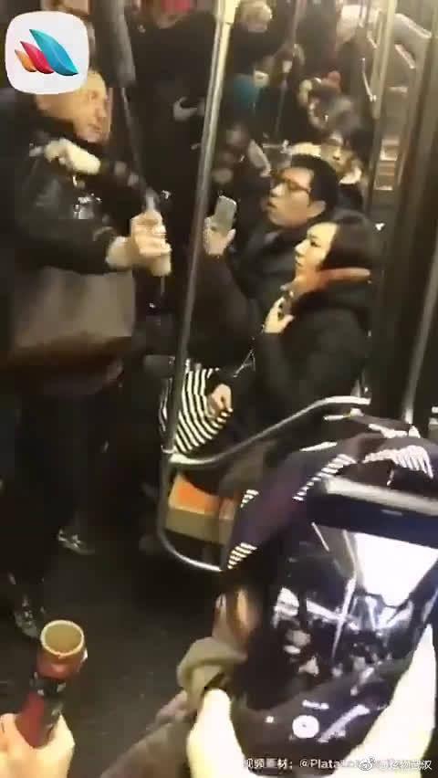 之前,纽约地铁上一妇女朝亚裔女子吐口水,殴打,谩骂!