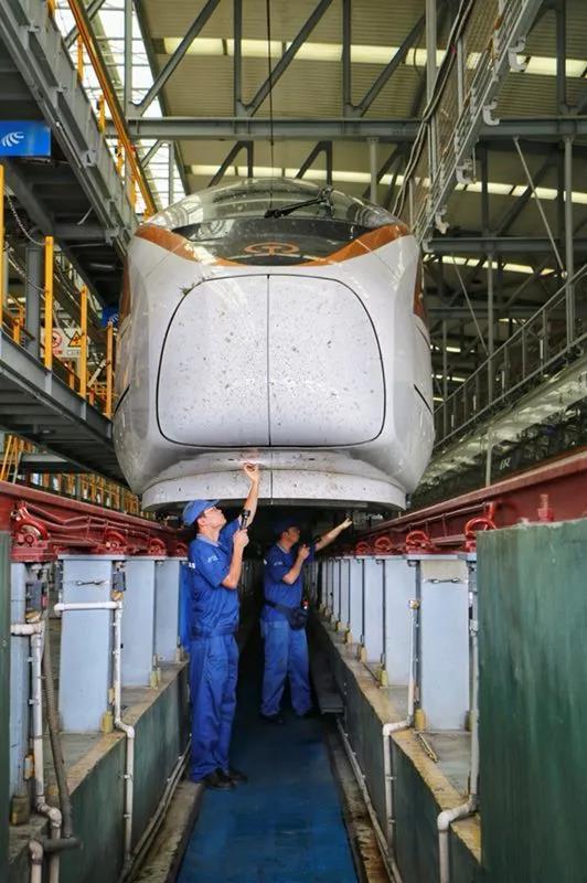 △技术人员正在对到达的长编组列车进行整修,验证动车组相关参数,检查各系统功能,以确保上线列车运行安全。