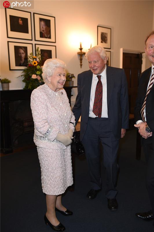"""英国女王为""""世界自然纪录片之父""""颁奖"""