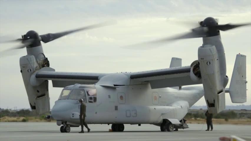 """MV-22""""鱼鹰""""空中加油,兰后打开舱门,一顿哒哒哒。"""