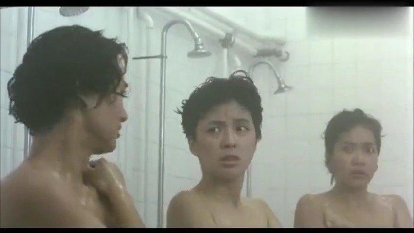 女教官把小伙拉进女澡堂,让他张大眼睛,一次性看个够