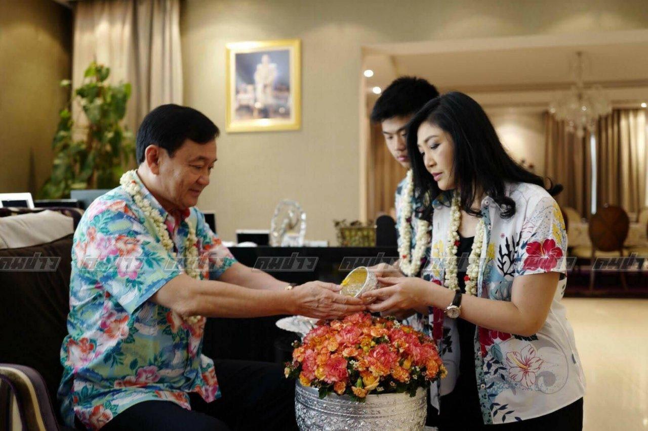 """英拉在其兄长他信家中庆祝""""宋干节""""。(图片来源:泰国《民族报》)"""