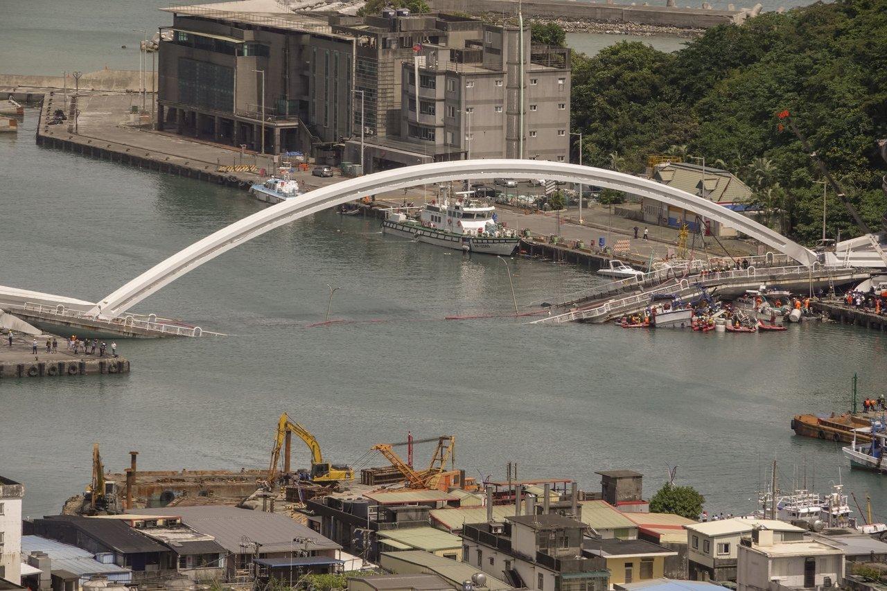 台湾宜兰南方澳跨海大桥坍塌 10人受伤5人失踪
